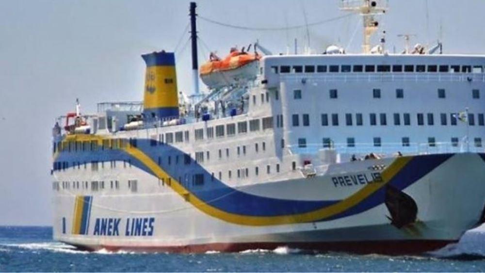 """Ελαφρά πρόσκρουση του πλοίου """"Πρέβελης"""" κατά την πρόσδεσή του στο λιμάνι της Θήρας"""