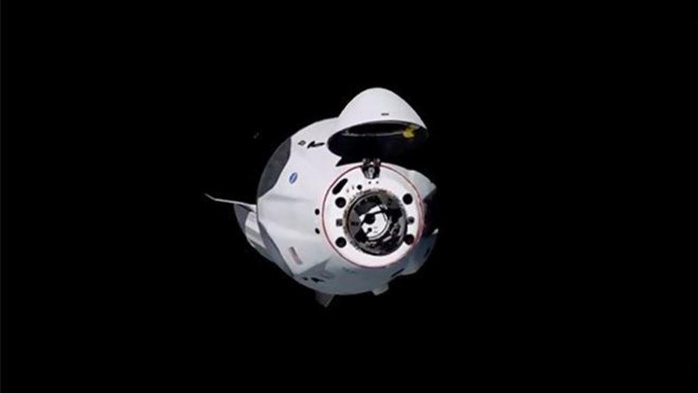"""""""Έδεσε"""" στον Διεθνή Διαστημικό Σταθμό η κάψουλα Dragon"""