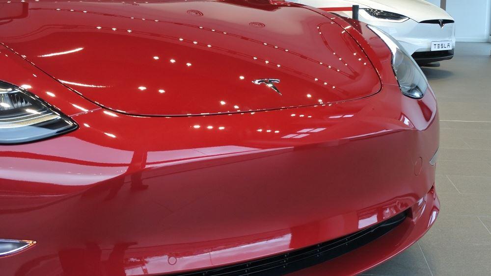 """Η Tesla τρέχει με """"τέρμα τα γκάζια"""" και... εκτινάσσει την περιουσία του Μασκ στα 100 δισ."""