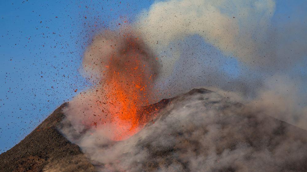 """Η Αίτνα """"ξυπνά"""" και πάλι - Προς το παρόν, από τον κρατήρα βγαίνει καπνός και περιορισμένη ποσότητα λάβας"""