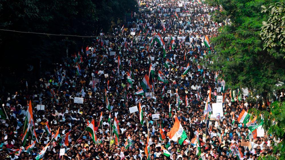 Ινδία: Βίαια επεισόδια με 7 νεκρούς και δεκάδες τραυματίες στις διαδηλώσεις για τον νόμο περί ιθαγένειας