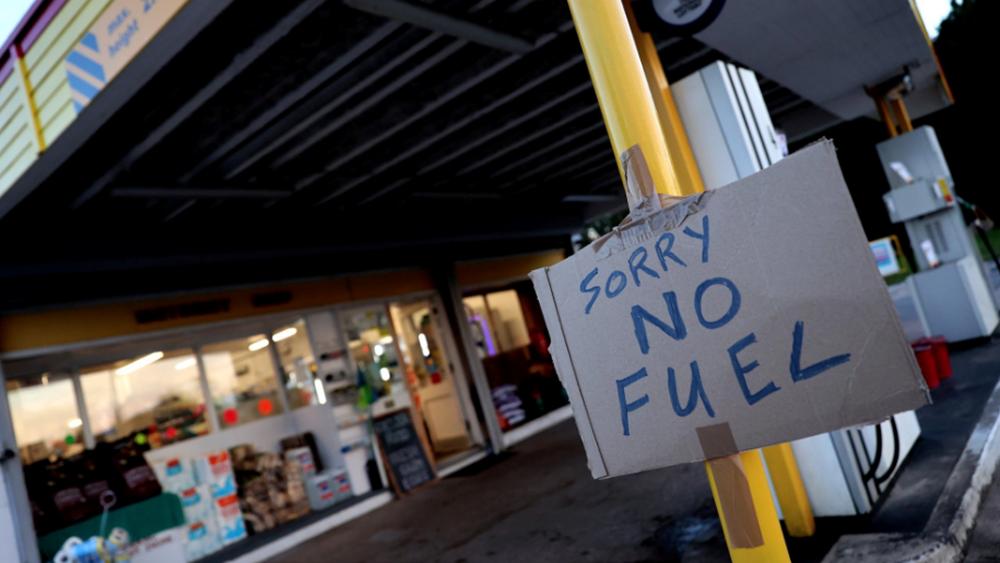 """Έκκληση βρετανικής κυβέρνησης: """"Μην γεμίζετε μπουκάλια νερού με καύσιμα στα πρατήρια"""""""