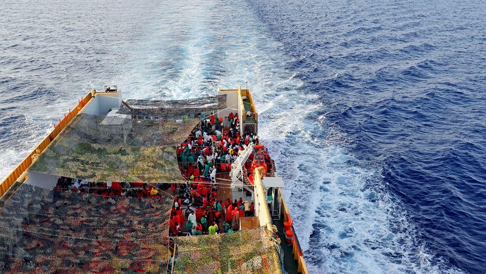 """Στο λιμάνι του Πειραιά κατέπλευσε το """"Νήσος Σάμος"""" με 466 μετανάστες από Λέσβο και Χίο"""