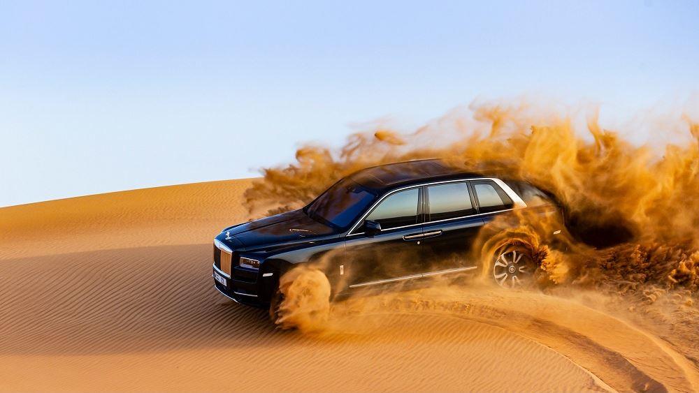 Παιχνίδια στην άμμο με την Rolls-Royce Cullinan