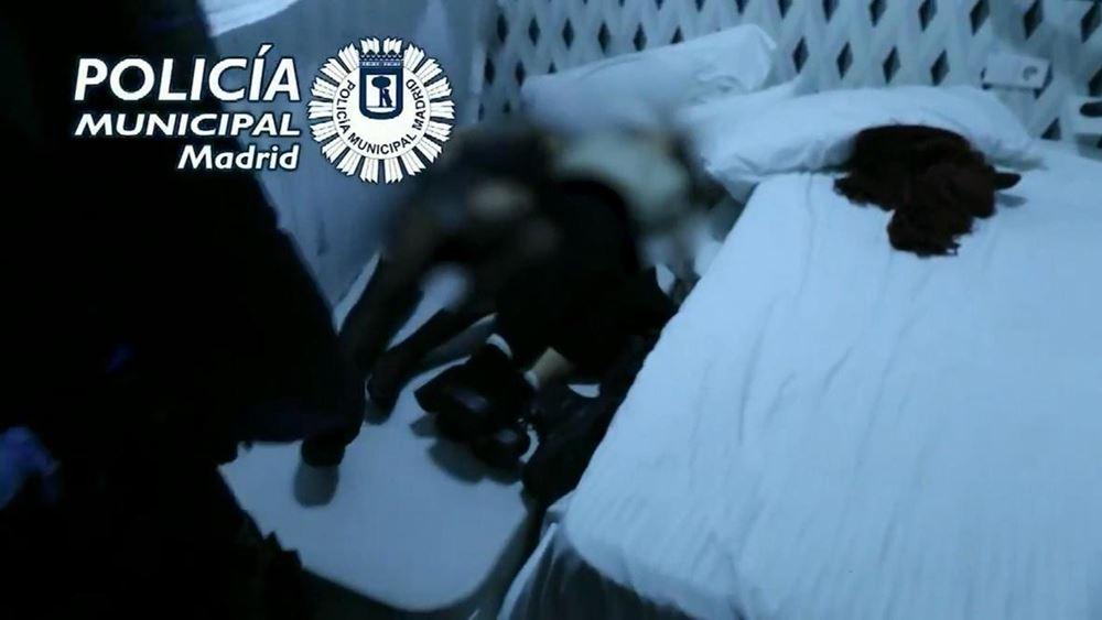 """Ισπανία: Σε ντουλάπες και στρώματα κρυβόντουσαν συμμετέχοντες σε """"κορονοπάρτι"""" στη Μαδρίτη"""