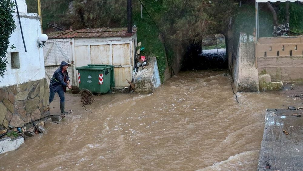 Κρήτη: Ανέβηκαν στην ταράτσα για να γλιτώσουν από τα ορμητικά νερά