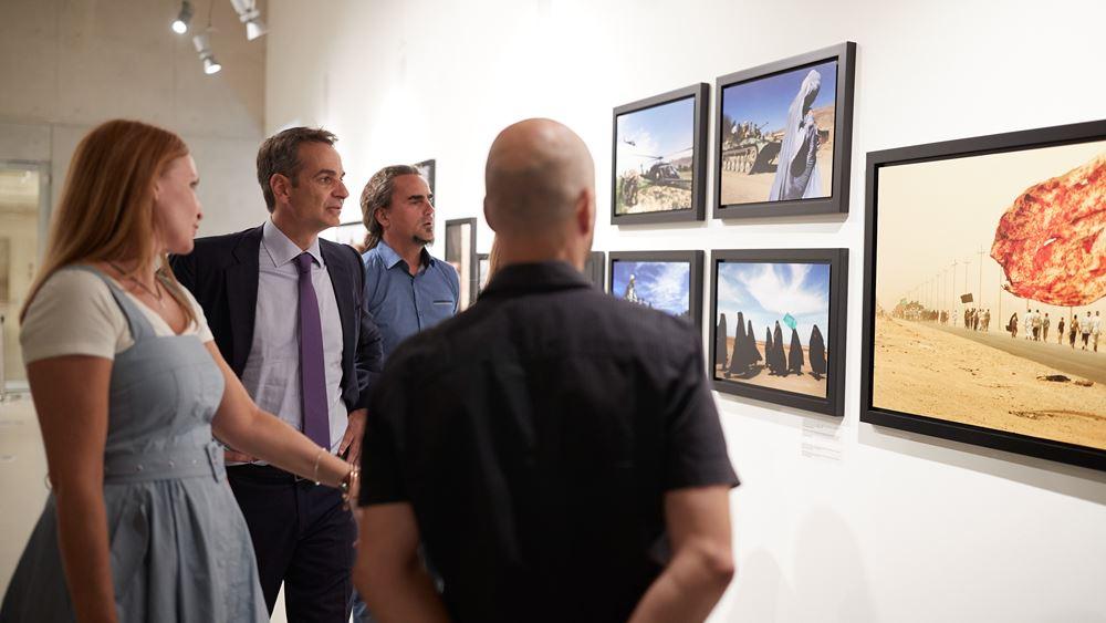 Σε έκθεση με φωτογραφίες του Γιάννη Μπεχράκη ξεναγήθηκε χθες ο πρωθυπουργός Κυρ. Μητσοτάκης