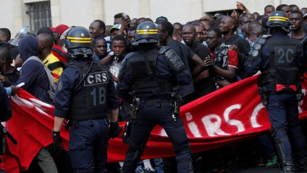 Γαλλία: Εκατοντάδες παράτυποι μετανάστες και υποστηρικτές τους κατέλαβαν το Πάνθεον
