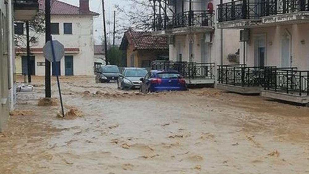Έβρος: Νεκρός ένας πυροσβέστης σε απόπειρα εκκένωσης νηπιαγωγείου - Παρασύρθηκε από ορμητικά νερά