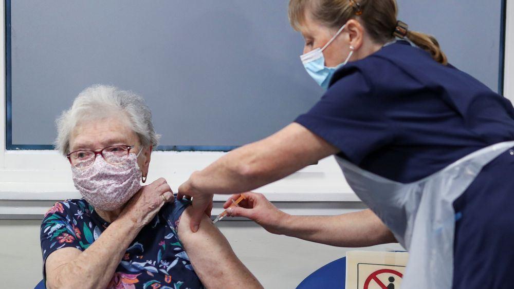 Πρέπει τελικώς οι άνω των 65 να κάνουν το εμβόλιο της AstraZeneca;