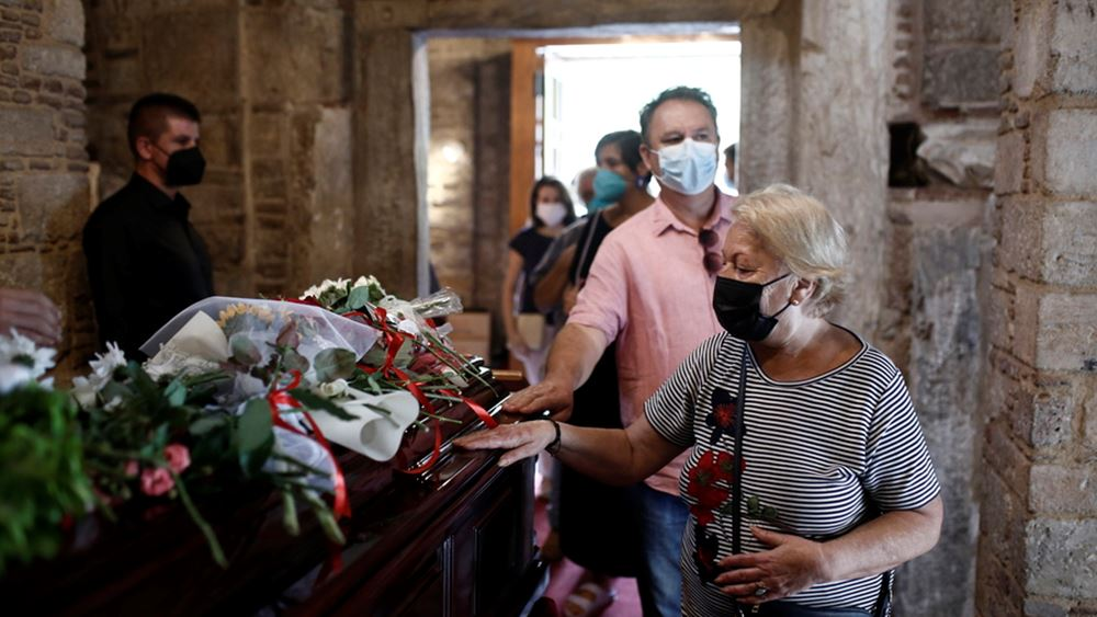 Πλήθος κόσμου με κόκκινα και λευκά λουλούδια στην Μητρόπολη Αθηνών για το τελευταίο αντίο στον Μίκη Θεοδωράκη