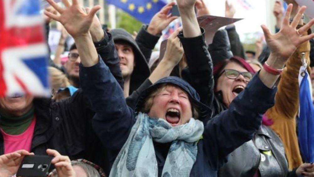 Χιλιάδες Βρετανοί διαδηλωτές πανηγυρίζουν για την παράταση του Brexit - ζητούν δημοψήφισμα