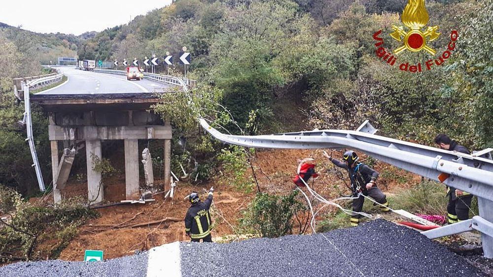 Ιταλία: Κατέρρευσε οδογέφυρα στην πόλη Σαβόνα λόγω της σφοδρής βροχόπτωσης