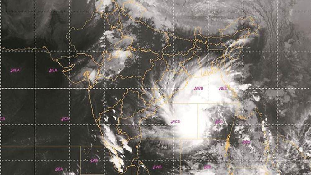 Ινδία - Μπανγκλαντές: Ο κυκλώνας Μπουλμπούλ σαρώνει τις ακτές - Δύο νεκροί, εκατοντάδες χιλιάδες εκτοπισμένοι