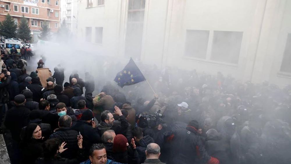Αντικυβερνητική διαδήλωση στη Γεωργία: Δακρυγόνα και νερό υπό πίεση από την αστυνομία