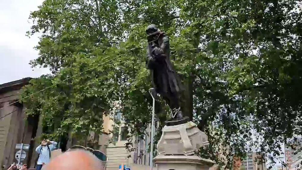 Βρετανία: Διαδηλωτές στο Μπρίστολ γκρέμισαν το άγαλμα ενός γνωστού δουλεμπόρου