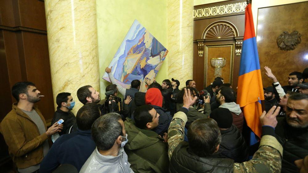 Ναγκόρνο Καραμπάχ: Έξαλλο πλήθος εισέβαλε στο κοινοβούλιο της Αρμενίας