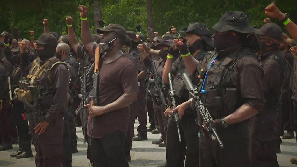 ΗΠΑ: Οπλισμένοι διαδηλωτές, στην πλειονότητά τους Αφροαμερικανοί, έκαναν πορεία σε πάρκο της Τζόρτζια