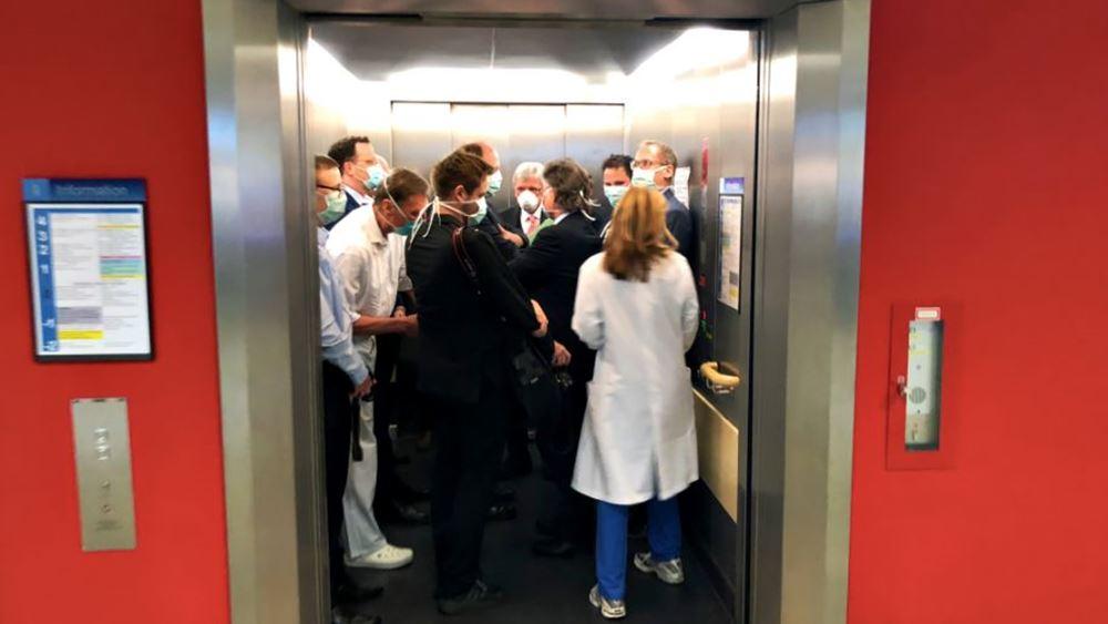 Κορονοϊός: O υπουργός Υγείας της Γερμανίας Γενς Σπαν σε ασανσέρ με άλλους 13 πολιτικούς