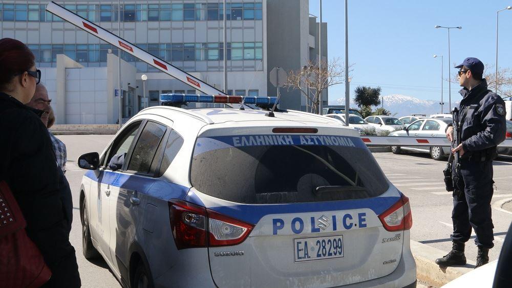 Ηράκλειο: Σύλληψη άνδρα, στου οποίου το σπίτι εντοπίστηκαν από πιστόλια και φυσίγγια μέχρι ξιφολόγχη και κροτίδες