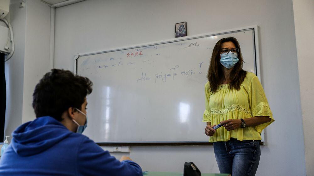 """Τι θα κρίνει το άνοιγμα της υποχρεωτικότητας σε εκπαιδευτικούς - """"Τρέχει"""" για το τείχος ανοσίας η κυβέρνηση"""