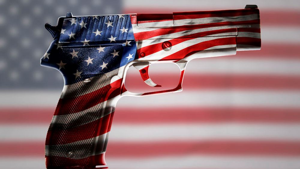 """Τα """"παραθυράκια"""" στη νομοθεσία περί οπλοκατοχής θέλει να κλείσει ο Τραμπ"""