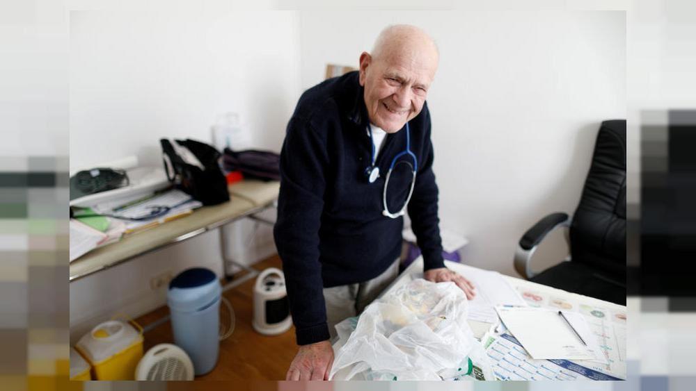 Ένας 98χρονος γιατρός κοντά στο Παρίσι μάχεται ενάντια στον κορονοϊό