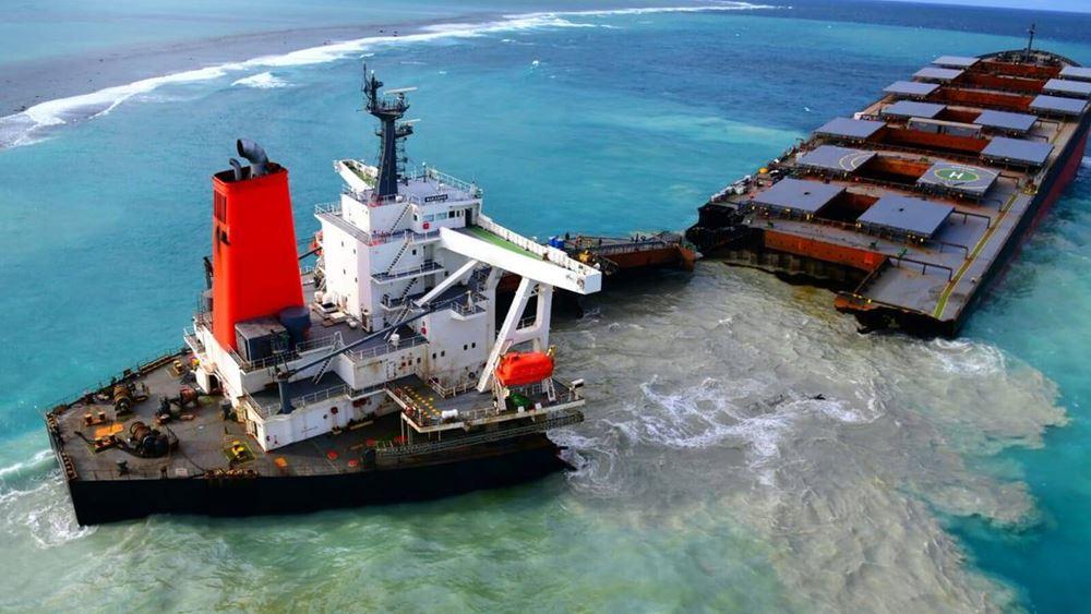 Μαυρίκιος: Κόπηκε στα δύο το πλοίο που προκάλεσε την οικολογική καταστροφή