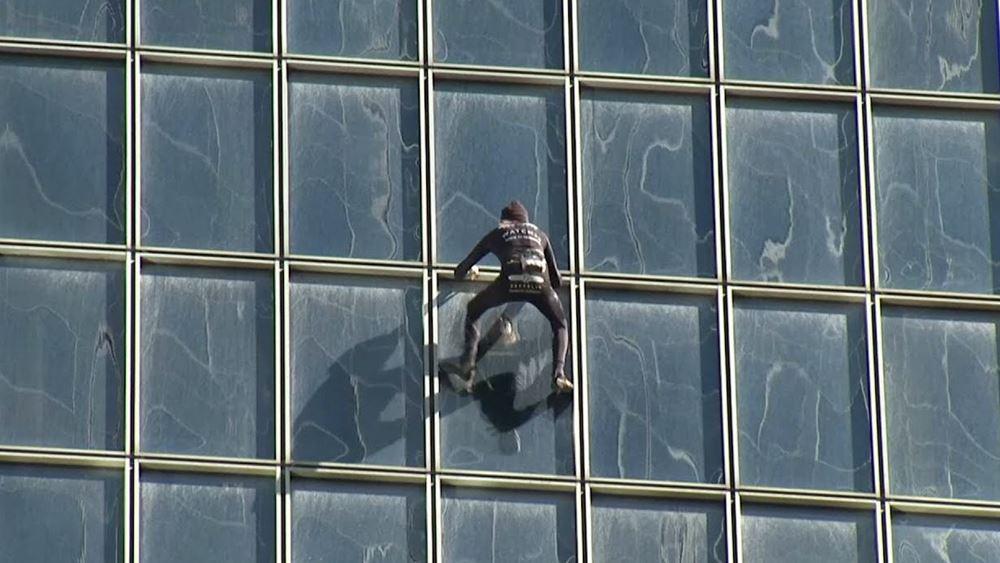 """Ο """"Γάλλος Spiderman"""" αναρριχήθηκε στον πύργο Total στο Παρίσι σε ένδειξη αλληλεγγύης στους απεργούς"""