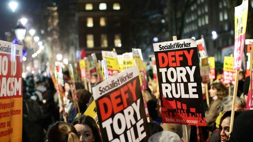 """Πορεία στο Λονδίνο κατά Τζόνσον με σύνθημα """"Δεν είναι ο πρωθυπουργός μου"""""""