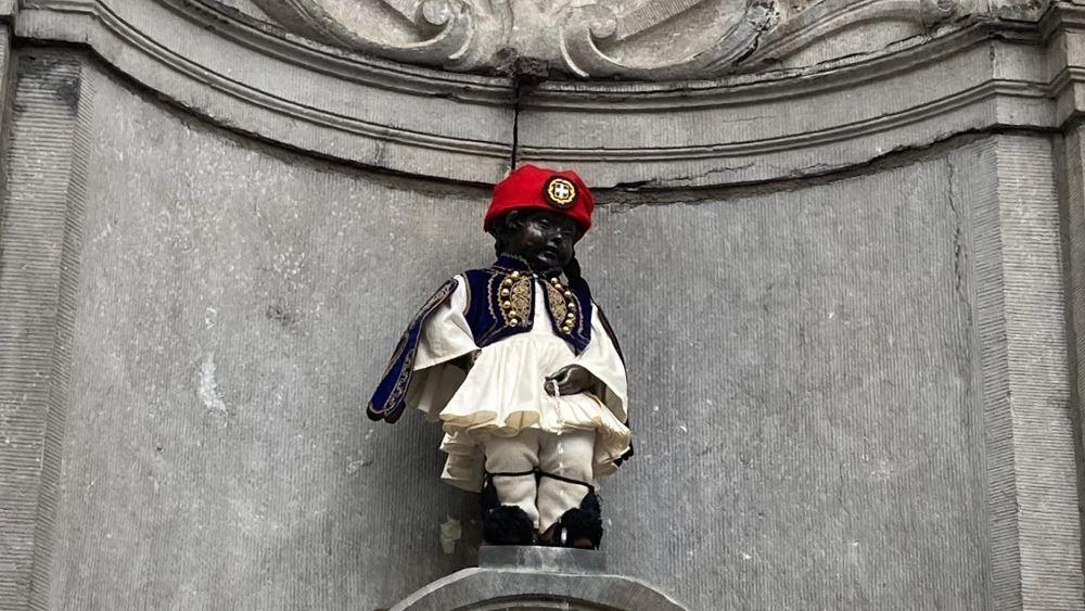 Εύζωνας ντύθηκε το φημισμένο αγαλματάκι των Βρυξελλών, Manneken Pis