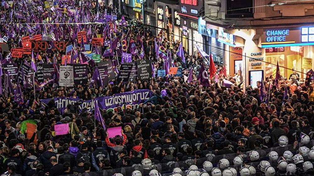 Οι Τούρκοι διαδήλωναν για τη βία ενάντια στις γυναίκες και η αστυνομία έριχνε πλαστικές σφαίρες