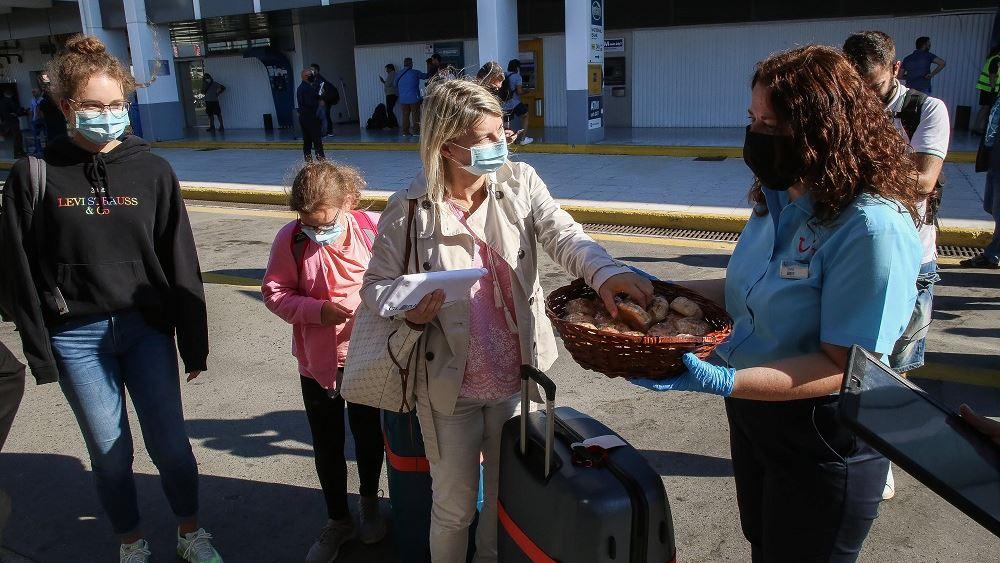 Reuters: Η Ελλάδα υποδέχεται με κόκκινο χαλί τους επισκέπτες καθώς ανοίγουν ξανά τα αεροδρόμια