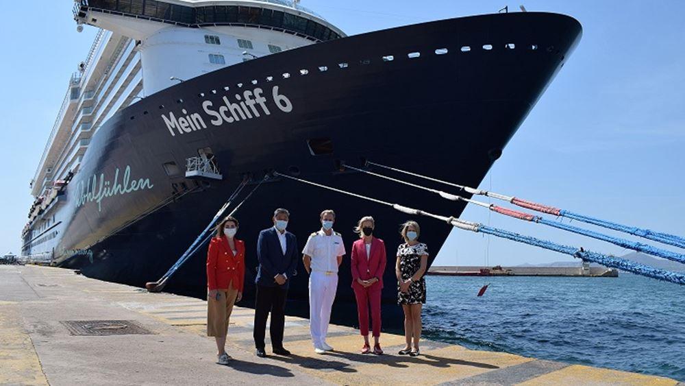 """Υποδοχή του κρουαζιερόπλοιου """"Mein Schiff 6"""" στο λιμάνι του Πειραιά"""