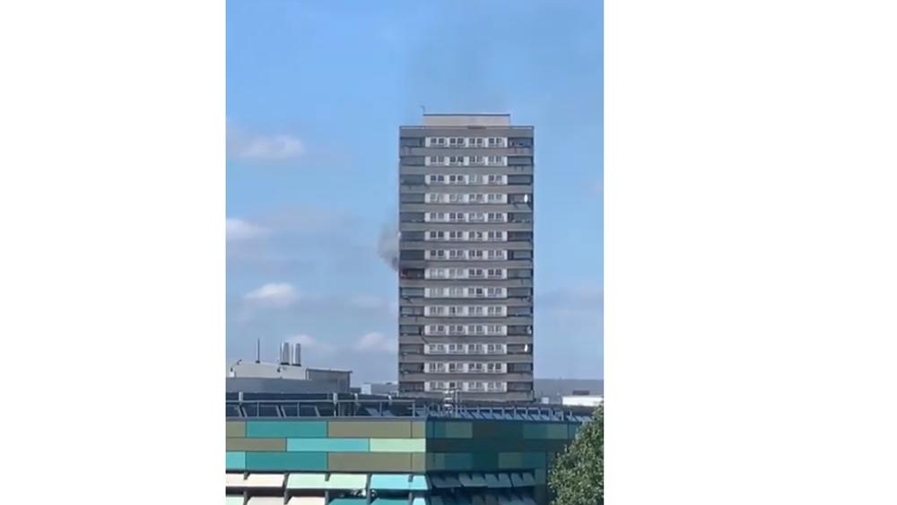 Φωτιά στον 12ο όροφο κτηρίου κοντά στον Πύργο Γκρένφελ