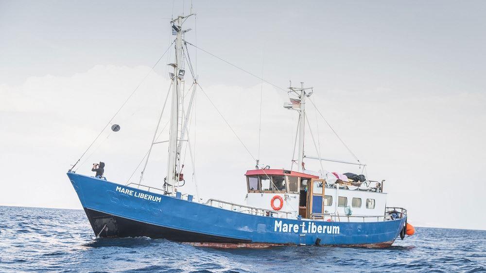 """Κάτοικοι της Μυτιλήνης εμπόδισαν να δέσει στο λιμάνι πλοίο της ΜΚΟ """"Sea Watch"""""""