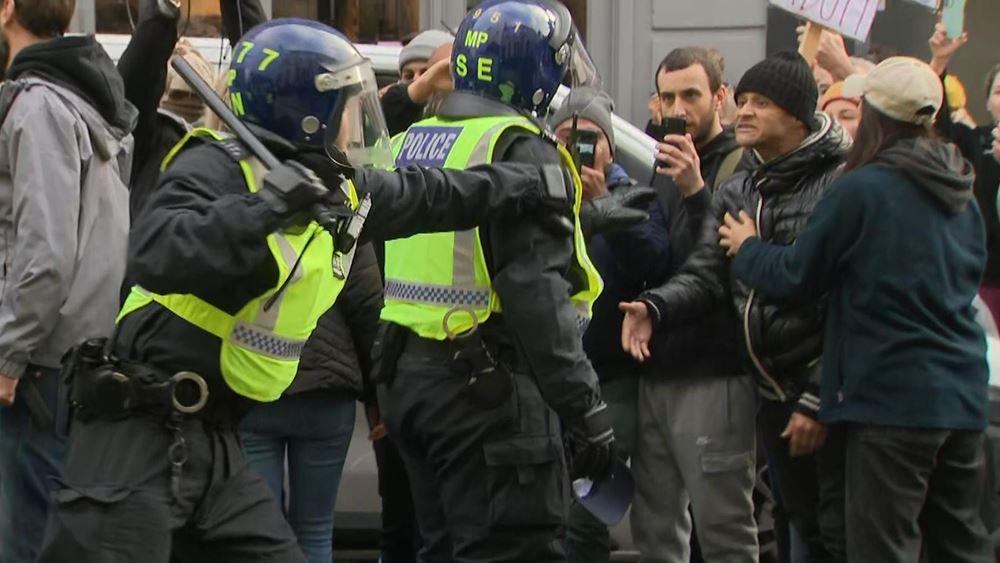 Βρετανία: δεκάδες συλλήψεις κατά την διάρκεια διαδηλώσεων εναντίον των περιοριστικών μέτρων