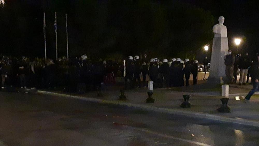 Συγκέντρωση κατά του lockdown στη Θεσσαλονίκη - Επεισόδια διαδηλωτών-αστυνομίας