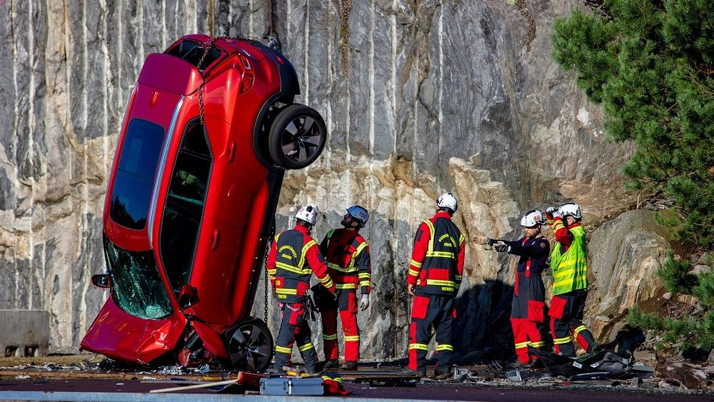 Volvo: Βουτιά από τα 30 μέτρα για να σωθούν ζωές