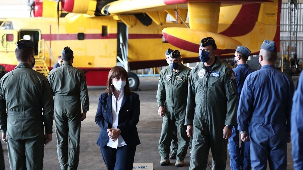 Επίσκεψη ΠτΔ στην 355 Μοίρα Τακτικών Μεταφορών και τη Μοίρα Συντήρησης Αεροσκαφών της ΠΑ