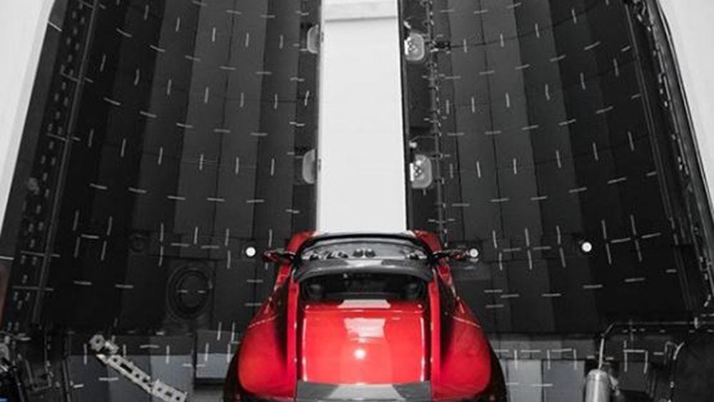 Ο Musk ανέβασε φωτογραφία του Roadster που ετοιμάζεται για τον Άρη