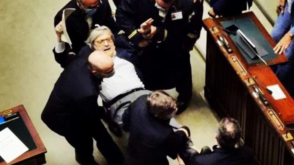 """Βίντεο: Ιταλοί βουλευτές βγάζουν έξω """"σηκωτό"""" συνάδελφό τους που έβριζε"""