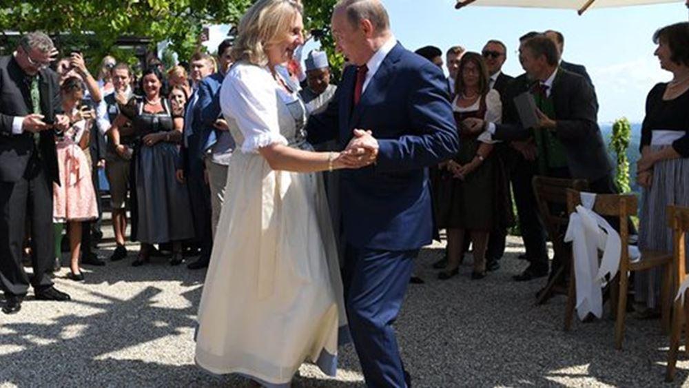 """Αυστρία: Σάλος για την """"υπόκλιση"""" της ΥΠΕΞ στον Πούτιν στη δεξίωση του γάμου της"""