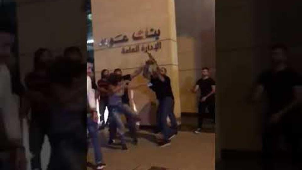 Μία γυναίκα κλωτσά σωματοφύλακα υπουργού και γίνεται σύμβολο των διαδηλώσεων στον Λίβανο