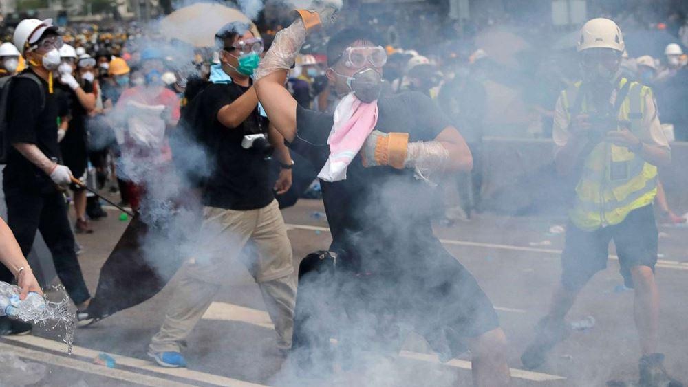 Χονγκ Κονγκ: Κουκουλοφόροι επιτέθηκαν σε διαδηλωτές, χρήση δακρυγόνων και πλαστικών σφαιρών από την αστυνομία