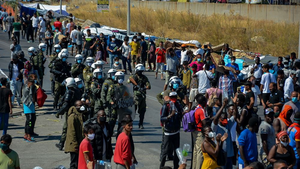 μετανάστες και πρόσφυγες διαδηλώνουν στη Λέσβο