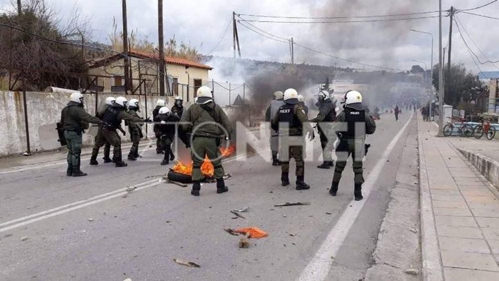 Ισχυρές δυνάμεις της αστυνομίας έχουν αποκλείσει τις εισόδους του λιμανιού της Μυτιλήνης