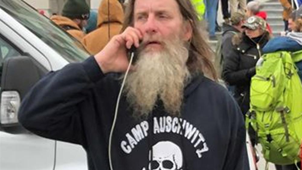 """ΗΠΑ: Συνελήφθη ο """"ταραχοποιός"""" του Καπιτωλίου με τη μπλούζα """"Άουσβιτς"""""""