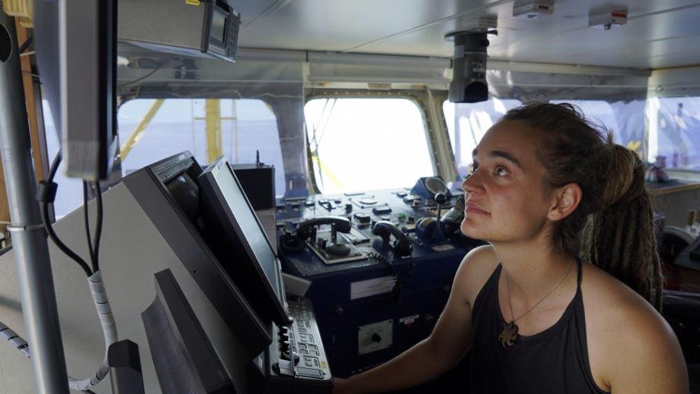 Η Καρόλα Ρακέτε καταθέτει μήνυση κατά του Σαλβίνι, ζητά αποκλεισμό του από Facebook και Twitter