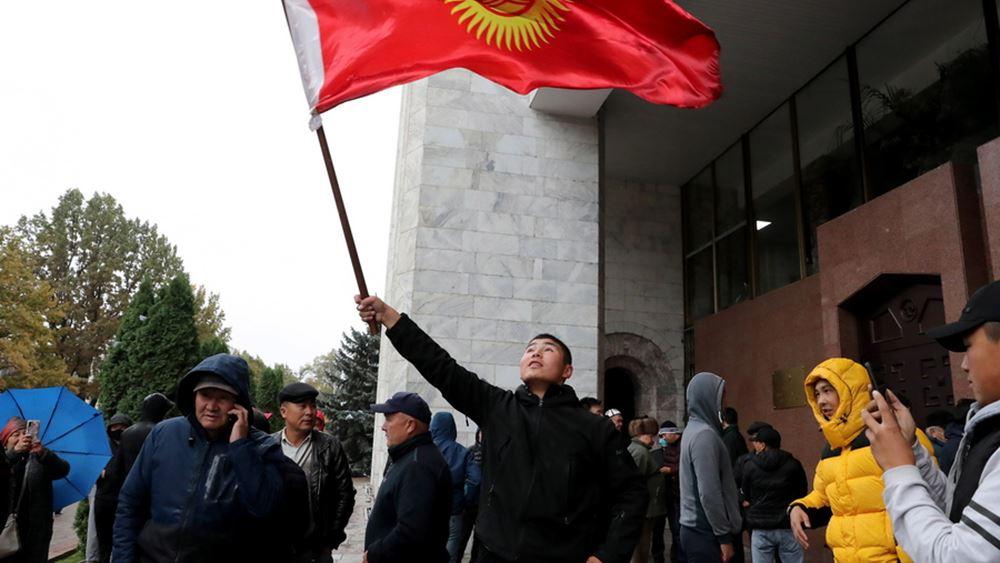 """Πολιτικό χάος στο Κιργιστάν: Η αντιπολίτευση ανέλαβε το υπ. Εσωτερικών, ο πρόεδρος δηλώνει ότι """"ελέγχει την κατάσταση"""""""